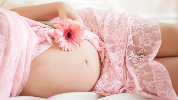 А еще есть пара забавных фотографий беременных - идеи беременной фотосессии для смелых, стильных, эпатажных мамочек).