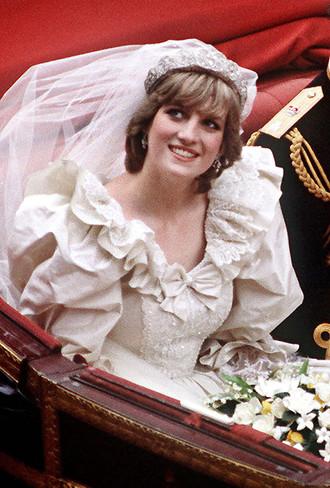 ... шлейф – сукня Діани зібрала в собі кращі матеріали і коштовності. Його  автором виступили нікому невідомі в той час дизайнери Девід і Елізабет  Емануель ... 83c0995b1220d
