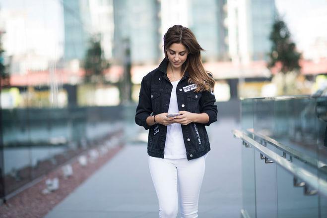 Як носити білі джинси влітку  15 модних ідей - Жіночий Світ f1e3bf045f95b