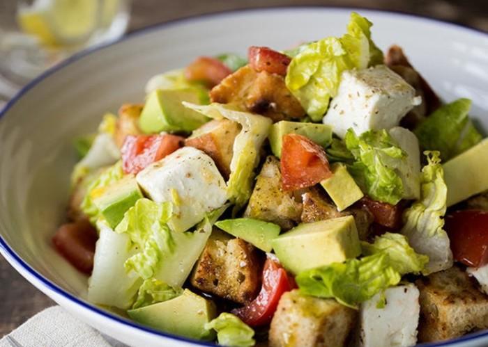 Салат з чіабати з авокадо і сиром фета