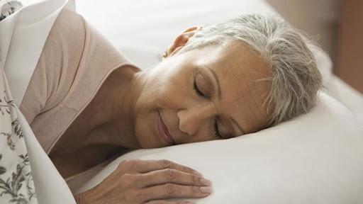 Небезпечні хвороби, на які вказує хронічна сонливість у літніх людей