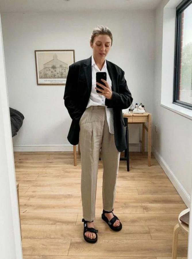 базові брюки з сандалями