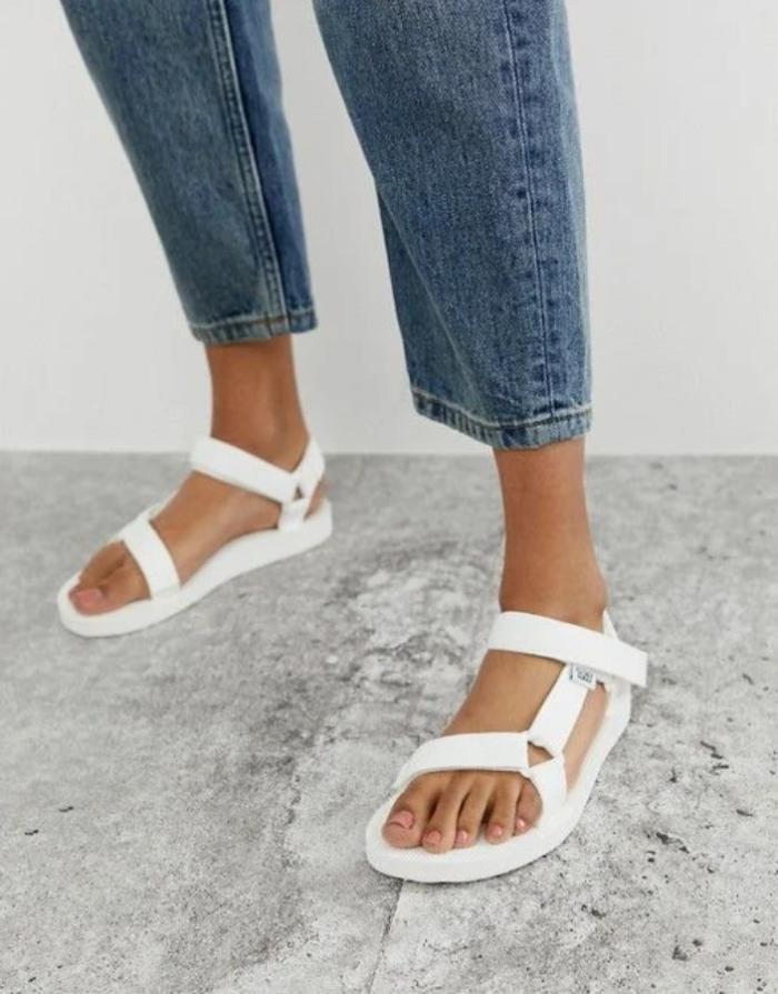 мінімалістичні сандалі