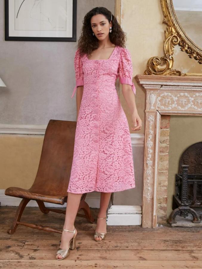 однотонна сукня з квадратним вирізом