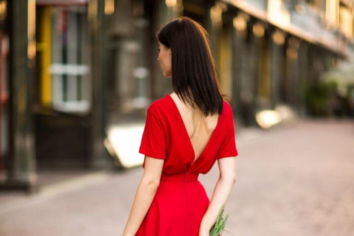 Сукні з відкритою спиною — тренд літа 2020: вибираємо найкращі моделі
